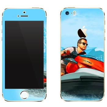 Виниловая наклейка «Мужик на водном мотоцикле - GTA 5» на телефон Apple iPhone 5