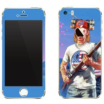 Виниловая наклейка «Мужик с ружьем в пивной шапке - GTA 5» на телефон Apple iPhone 5