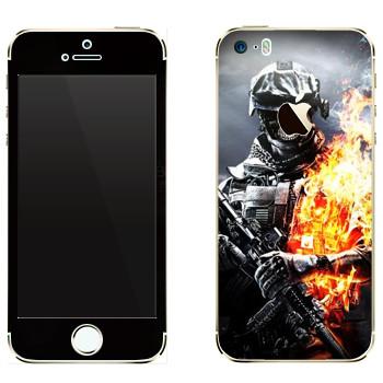 Виниловая наклейка «Солдат в огне» на телефон Apple iPhone 5